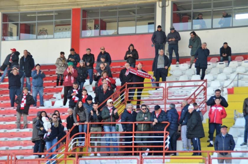 Tutti in piedi in tribuna (foto Macchi)